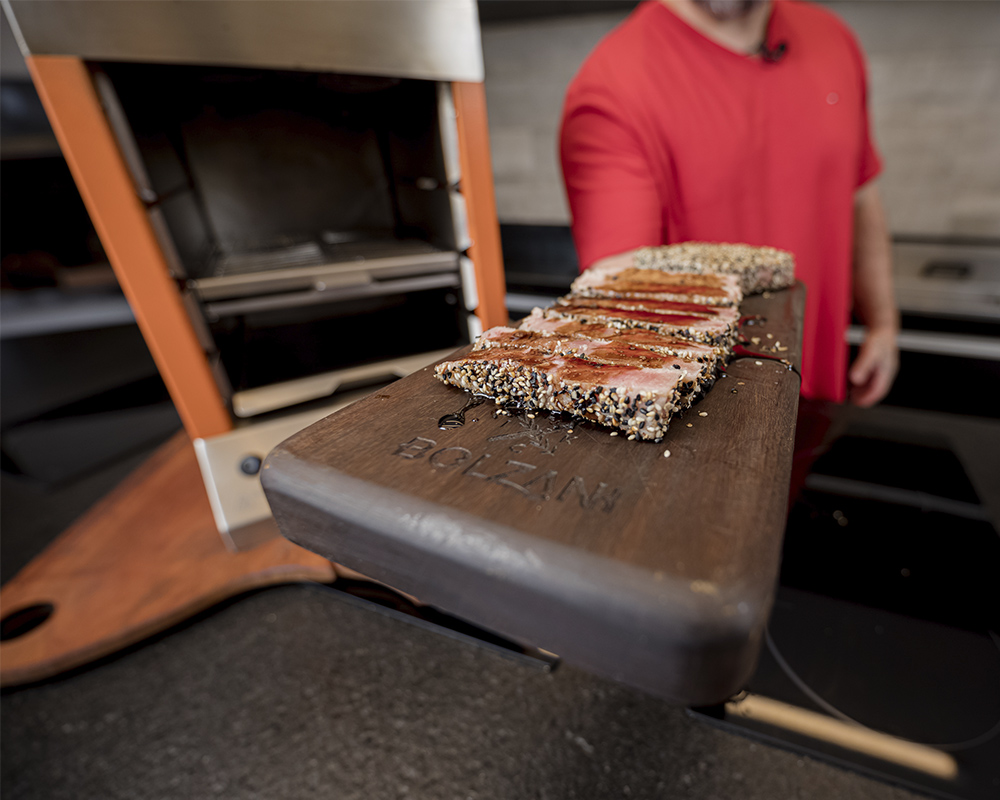 Receita na Flame churrasqueira a gás: Atum selado com crosta de gergelim e molho agridoce.
